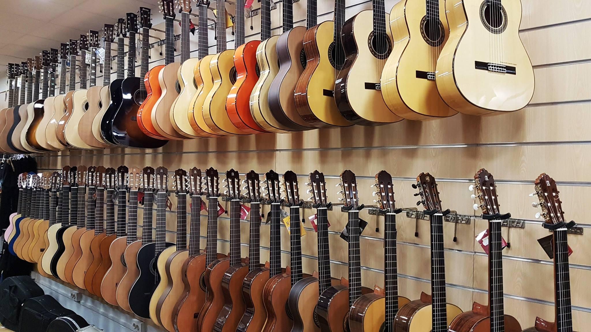 Guitarras clásicas y flamencas en Akustic tienda de instrumentos musicales en Vilanova i la Geltrú