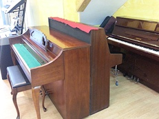 Pianos acústicos en Akustic tienda de instrumentos musicales en Vilanova i la Geltrú