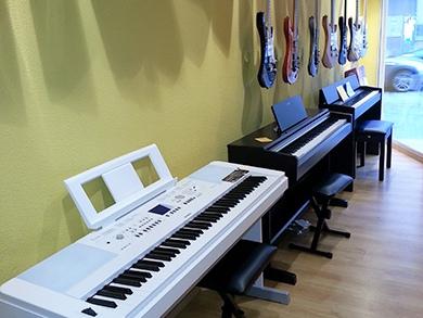 Pianos digitales en Akustic tienda de instrumentos musicales en Vilanova i la Geltrú