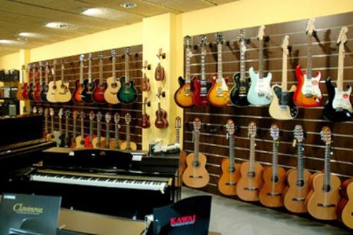Guitarras acústicas y guitarras eléctricas en Diesi #7, tienda de instrumentos musicales en Vic
