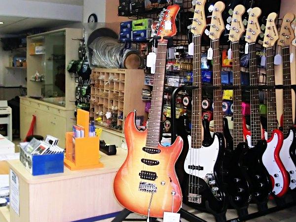 Guitarras eléctricas y bajos en Pleniluni Musical, tienda de instrumentos musicales en Sant Cugat del Vallés