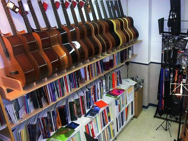 Guitarras acústicas en Pleniluni Musical tienda de instrumentos musicales en Sant Cugat del Vallés